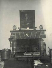 A fireplace with a portrait of Franklin Roosevelt above.